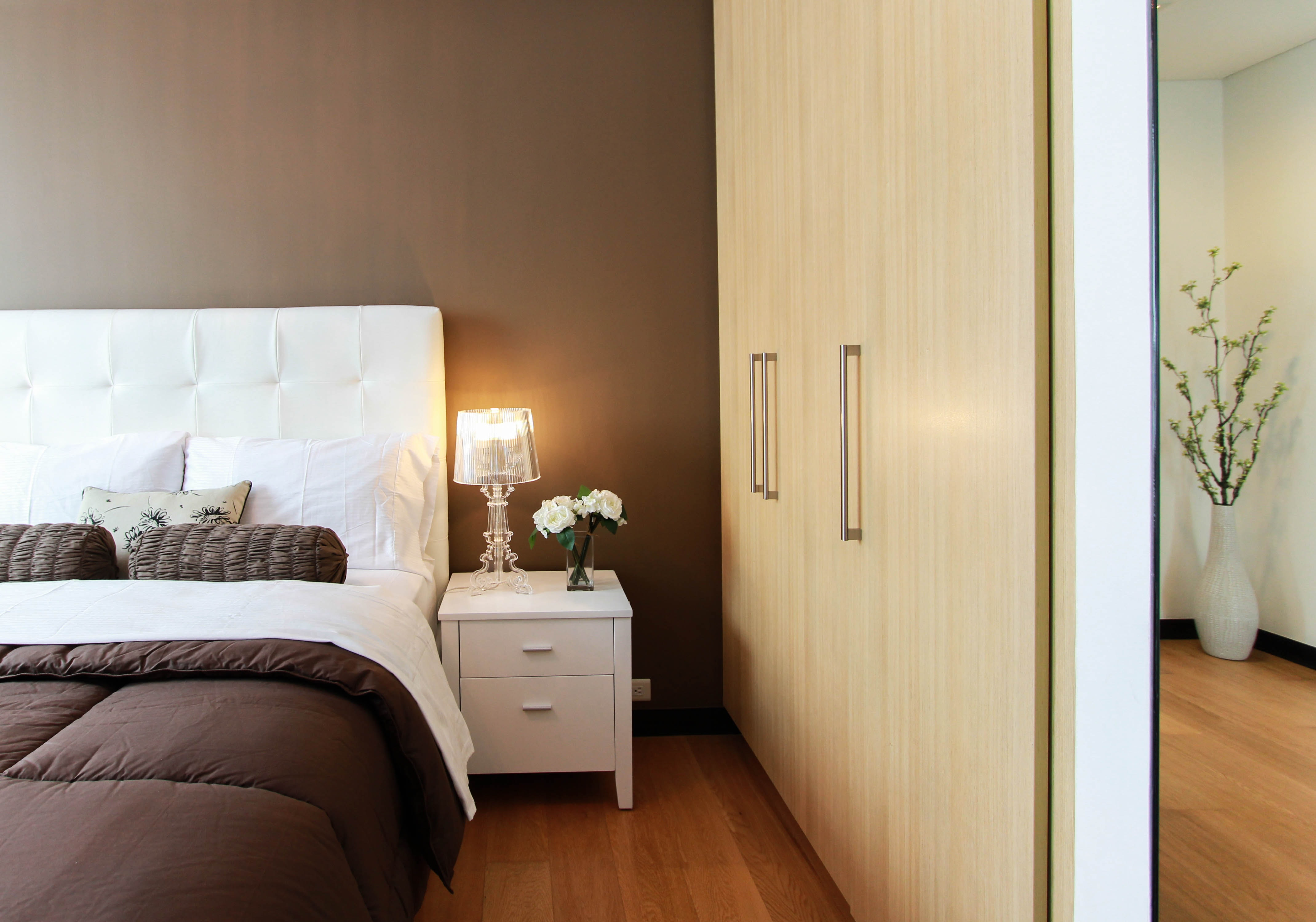 bed-bedroom-closet-90319