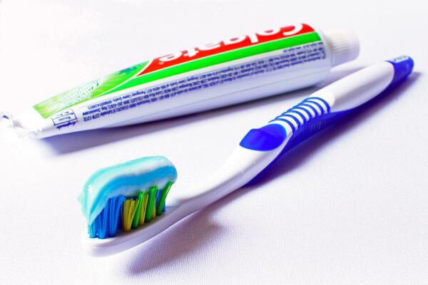 brush-cleaning-tooth-hygiene-toothbrush-toothpaste-895348-pxhere.com