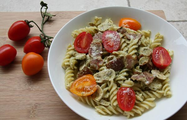 Pasta with chicken and tomatoes.
