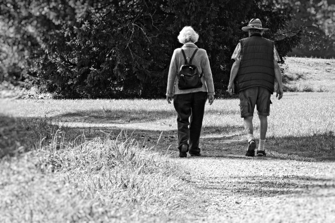 man-walking-winter-black-and-white-people-woman-393093-pxhere.com